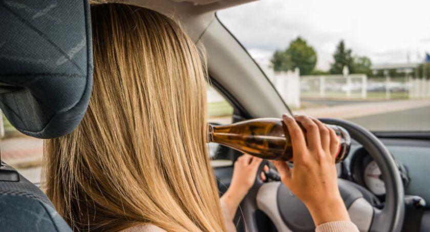 Pijani Kierowcy, Pijana kobieta oczach policjantów spowodowała kolizję drogową - zdjęcie, fotografia