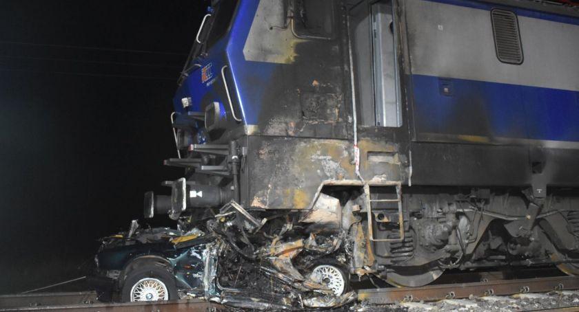 Wypadki drogowe, Pociąg zmiażdżył lokomotywa stanęły płomieniach - zdjęcie, fotografia