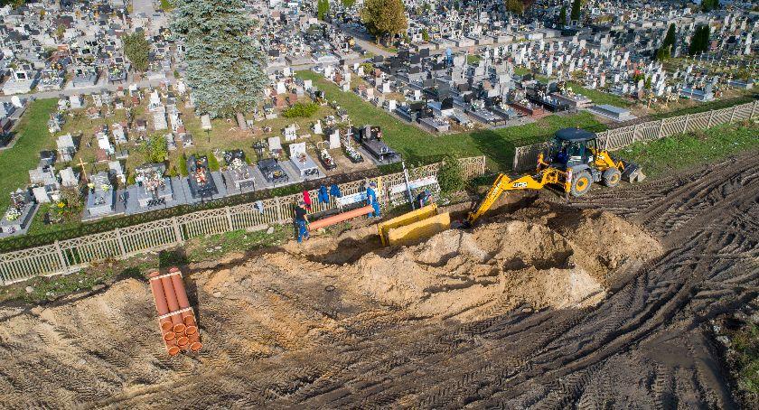 Inwestycje, Koniec zalewaniem grobów Ruszyła budowa odwodnienia cmentarza Ciechanowie - zdjęcie, fotografia