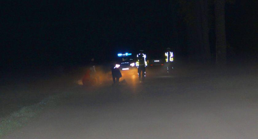 Wypadki drogowe, Przewrócił zginął kołami samochodu - zdjęcie, fotografia