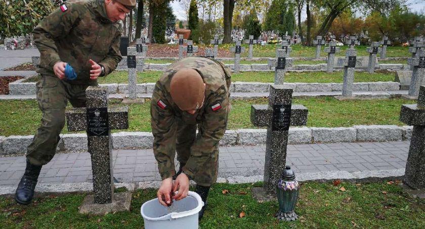 Wojsko, Terytorialsi porządkują mogiły bohaterów [zdjęcia] - zdjęcie, fotografia