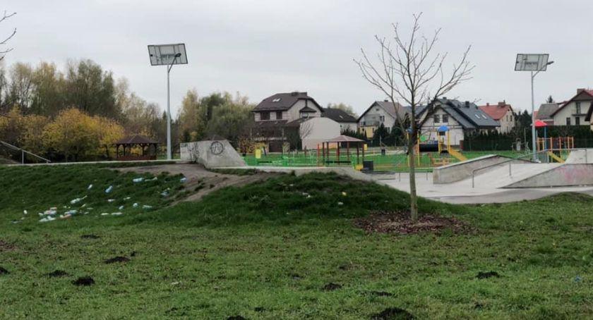 Interwencje, Wasze Śmieci fruwają skateparku sprząta - zdjęcie, fotografia