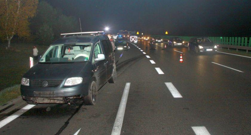 Wypadki drogowe, Tragiczny wypadek krajówce Pieszy potrącony przez samochody - zdjęcie, fotografia