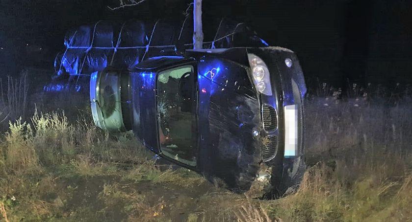 Wypadki drogowe, Dachowało Kierowca chciał uniknąć zderzenia sarną [zdjęcia] - zdjęcie, fotografia
