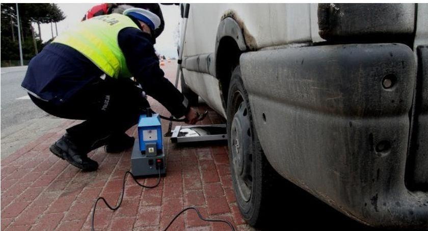 Działania Prewencyjne, Policjanci kontrolują dziś techiczny pojazdów - zdjęcie, fotografia