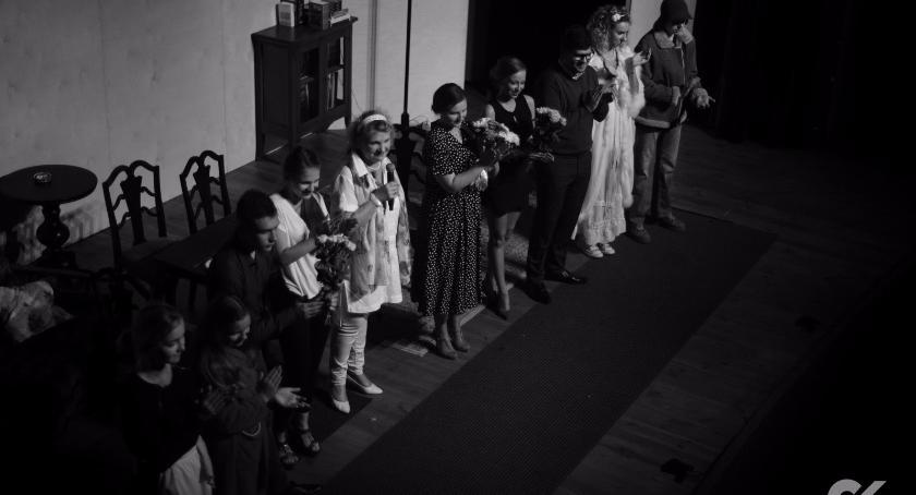 Teatr, Teatr Rozmyty Kontrast wystawił spektakl Czworo - zdjęcie, fotografia
