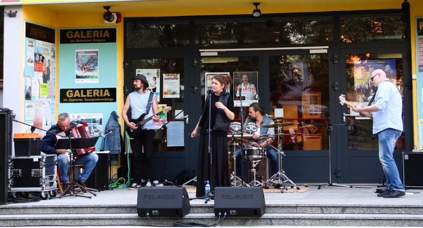 Koncerty, Koncert ciechanowskiego zespołu Fryzjerką - zdjęcie, fotografia