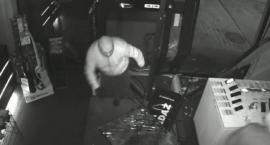 Zuchwałe włamanie do sklepu RTV-AGD. Policja publikuje nagranie z monitoringu (wideo)
