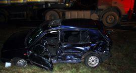 Wypadek na skrzyżowaniu z krajową siódemką. Golf zderzył się z ciężarówką