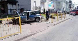 Zderzenie radiowozu i trzech osobówek w centrum Ciechanowa. Trzy osoby trafiły do szpitala (zdjęcia)