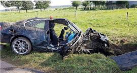 BMW uderzyło w drzewo. Ranne dwie młode osoby (zdjęcia)