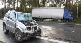 Dwie osoby ranne po zderzeniu Suzuki ze Scanią (zdjęcia)
