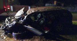 Kierowca zakleszczony w aucie po zderzeniu osobówek (zdjęcia)