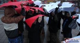 Świętowali niepodległość przed ciechanowskim ratuszem (wideo/zdjęcia)