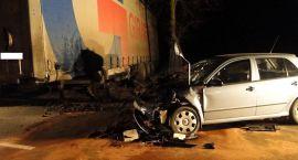 Osobówką w Tira. Dwie osoby ranne po wypadku w Pawłowie (zdjęcia)