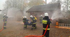 Kłęby dymu, płonące budynki i samochód - działania strażaków w średniowiecznym grodzisku (zdjęcia)