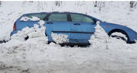 Wasze Info: W rowie przy drodze Ciechanów-Sońsk od tygodnia leży samochód (zdjęcia)