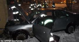 Uderzył Audi w ścianę budynku i uciekł. W aucie został zakleszczony pasażer (zdjęcia)