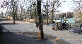 Przy Klasztorku trwa budowa parkingu. W planach jest też iluminacja bramy i drzew (zdjęcia)