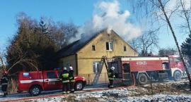 Kilka zastępów straży gasiło pożar domu w pow. ciechanowskim (zdjęcia)