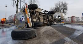 Pęknięta opona, wywrócona cysterna i kilka tysięcy litrów mleka na drodze [zdjęcia]