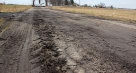 Wasze Info: Sterczące kawałki asfaltu i zakopujące się auta na drogach w gm. Sońsk [zdjęcia]