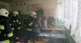 Pożar szkoły i ewakuacja uczniów - ćwiczenia strażaków (zdjęcia)