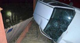 Citroen dachował i uderzył w ogrodzenie. Za kierownicą kompletnie pijany 21-latek [zdjęcia]