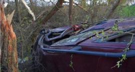 Saab wypadł z drogi i wywrócił się na bok. Kierowca wyprzedzał na trzeciego [zdjęcia]
