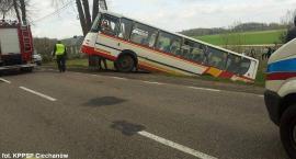 Pod Ciechanowem autobus wjechał do rowu. Po chwili zderzyły się dwie osobówki [zdjęcia]