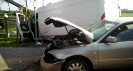 Dostawczak zderzył się z Audi. Pasażer był zakleszczony w aucie [zdjęcia]