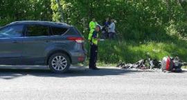 Kierowca skutera ciężko ranny. Uderzył w tył Forda