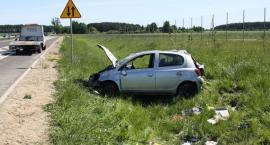 Dwie osoby ranne po dachowaniu Toyoty [zdjęcia]
