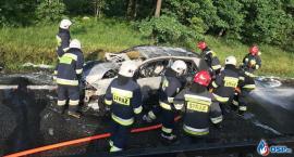 Pożar samochodu pod Glinojeckiem. Podróżowały nim 4 osoby [zdjęcia]
