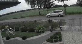 Policja poszukuje sprawców kradzieży. Poruszają się srebrnym Fordem