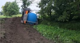 Kierowca cysterny zasnął za kierownicą. Skutki usuwano przez ponad 9 godzin [zdjęcia]