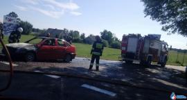 Osobówka zapaliła się w czasie jazdy [zdjęcia]