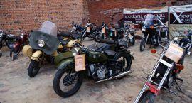 Zabytkowe motocykle na dziedzińcu ciechanowskiego zamku (zdjęcia)