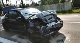 Mitsubishi przy rondzie uderzyło w BMW [zdjęcia]