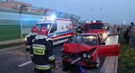 Kolizja BMW i Renault na ul.Armii Krajowej, uszkodzone ekrany akustyczne