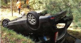 Ford wypadł z drogi i dachował [zdjęcia]