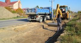 Przy dwóch ulicach na osiedlu Płońska budują chodnik