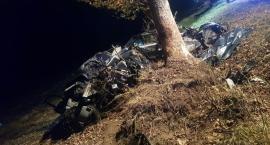Tragiczny wypadek: Trzy osoby nie żyją. BMW uderzyło w drzewo [zdjęcia]