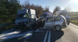 Czołowe zderzenia Peugeota z busem