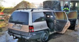 Opel zapalił się w garażu. Właściciel poparzony [zdjęcia]