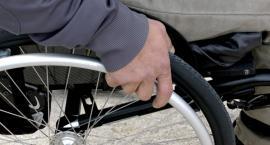 W centrum Ciechanowa napadli i okradli mężczyznę na wózku inwalidzkim