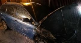 Pożar samochodu na parkingu w centrum Ciechanowa [zdjęcia]