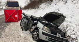 Tragedia na drodze. Dwie osoby zginęły w zderzeniu Renault z autobusem [zdjęcia]