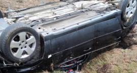 Chciała uniknąć zderzenia z ciężarówką? Dachowanie Opla w gminie Grudusk