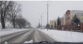 Uważajcie na trudne warunki na drogach. Tak jeździ się dziś po Ciechanowie [wideo]